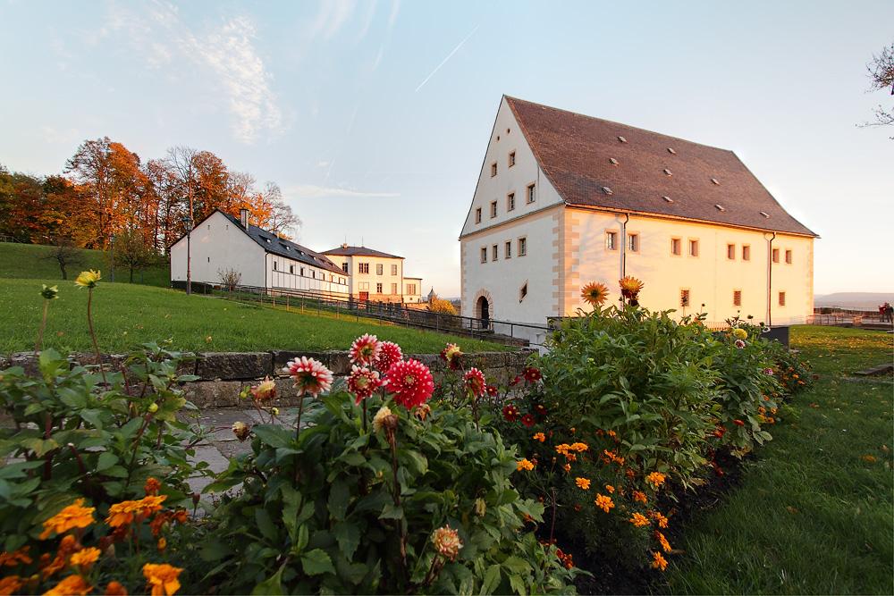 Blumenrabatten und Altes Zeughaus