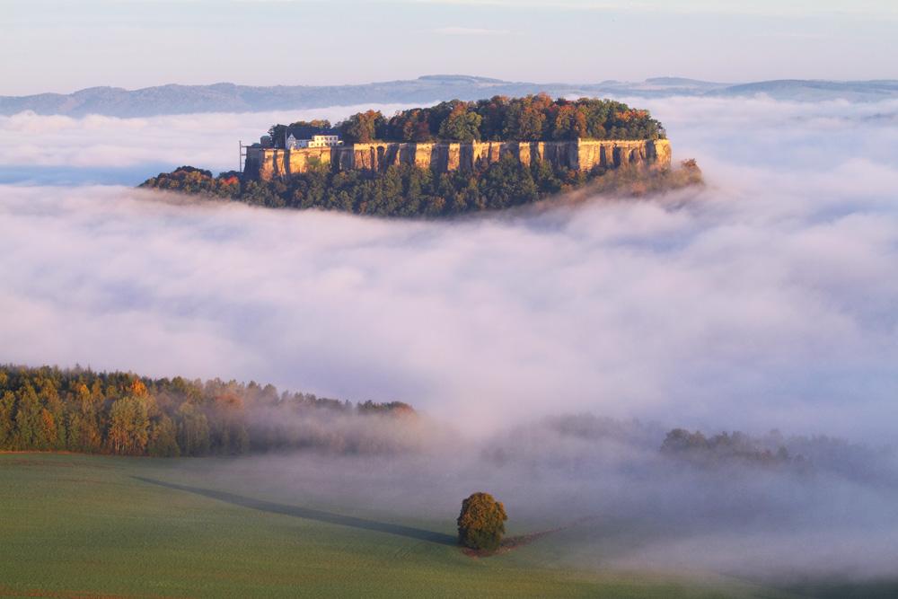 Die Bergfestung im Nebel