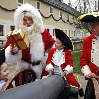 Weihnachtsmann, Kinder und Schließkapitän Clemens an der Bonbbonkanone