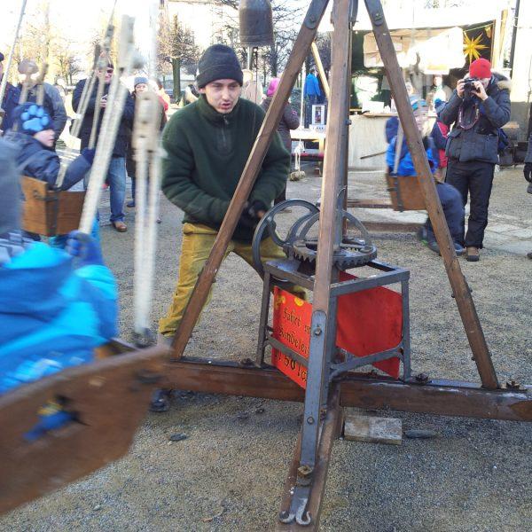 Hansbetriebendes Kinderkarussell auf dem Weihnachtsmarkt der Festung Königstein