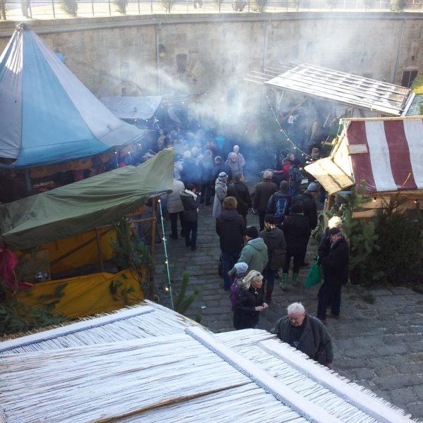 Zelte und Hütten auf dem Weihnachtsmarkt