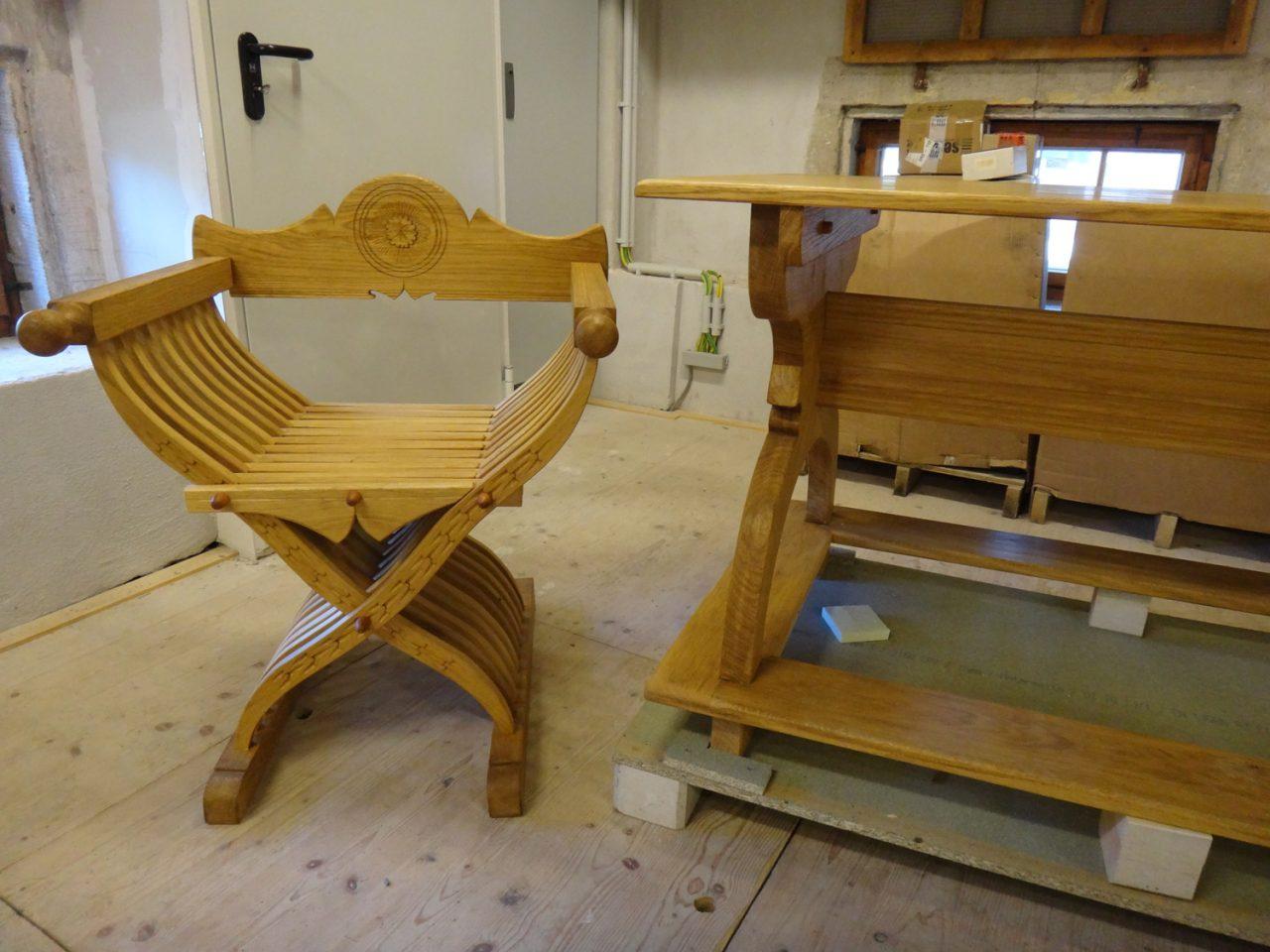 Gotischer Faltstuhl und Tisch