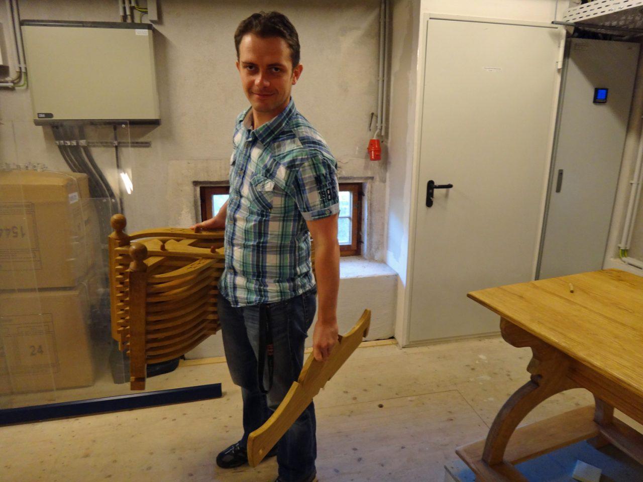 Museologe mit zusammengeklapptem Stuhl