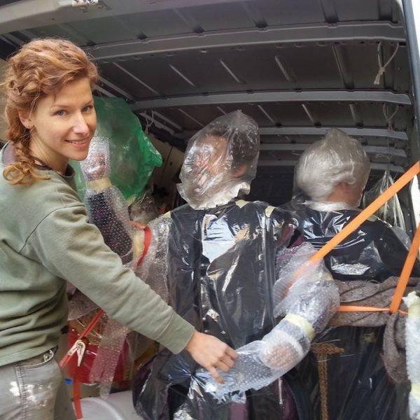 Die Figurenbauerin und Ferrabosco in Folie gewickelt