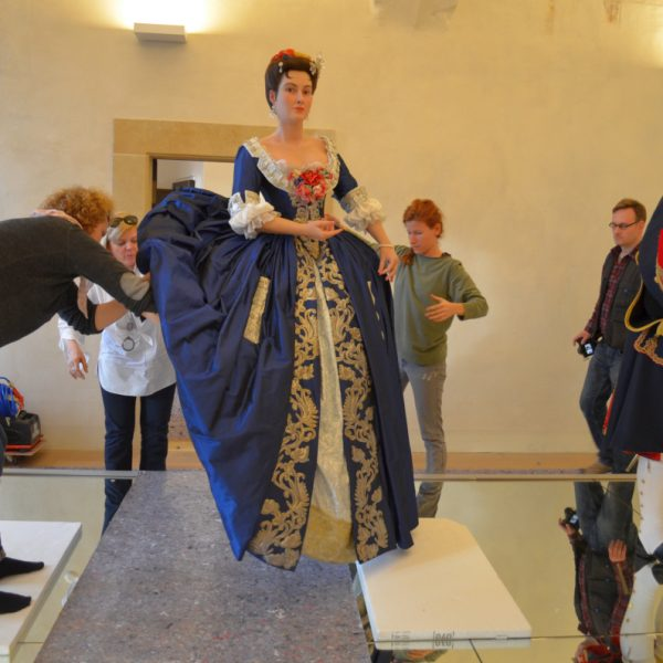 Die Gräfin Orzelska steht auf dem Spiegelpodest.