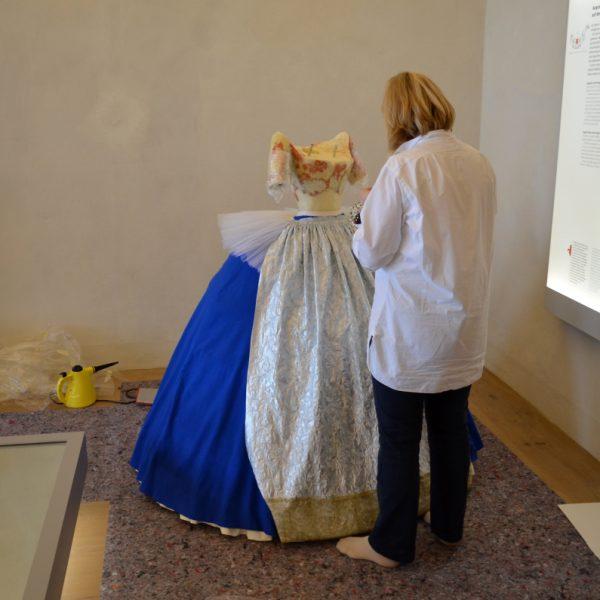 Gewandmeisterin bei der Arbeit an der Figur der Gräfin