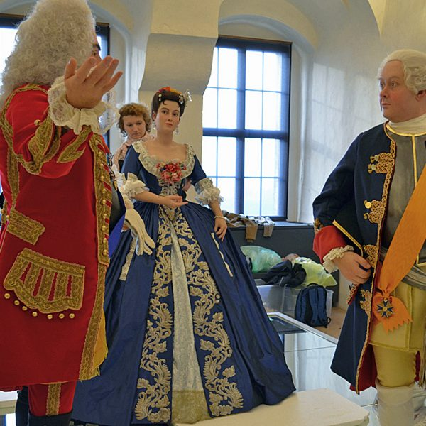 Alle drei Figuren stehen auf dem Spiegelpodest Gräfin Orzelska mit August dem Starken und Friedrich Wilhelm I.