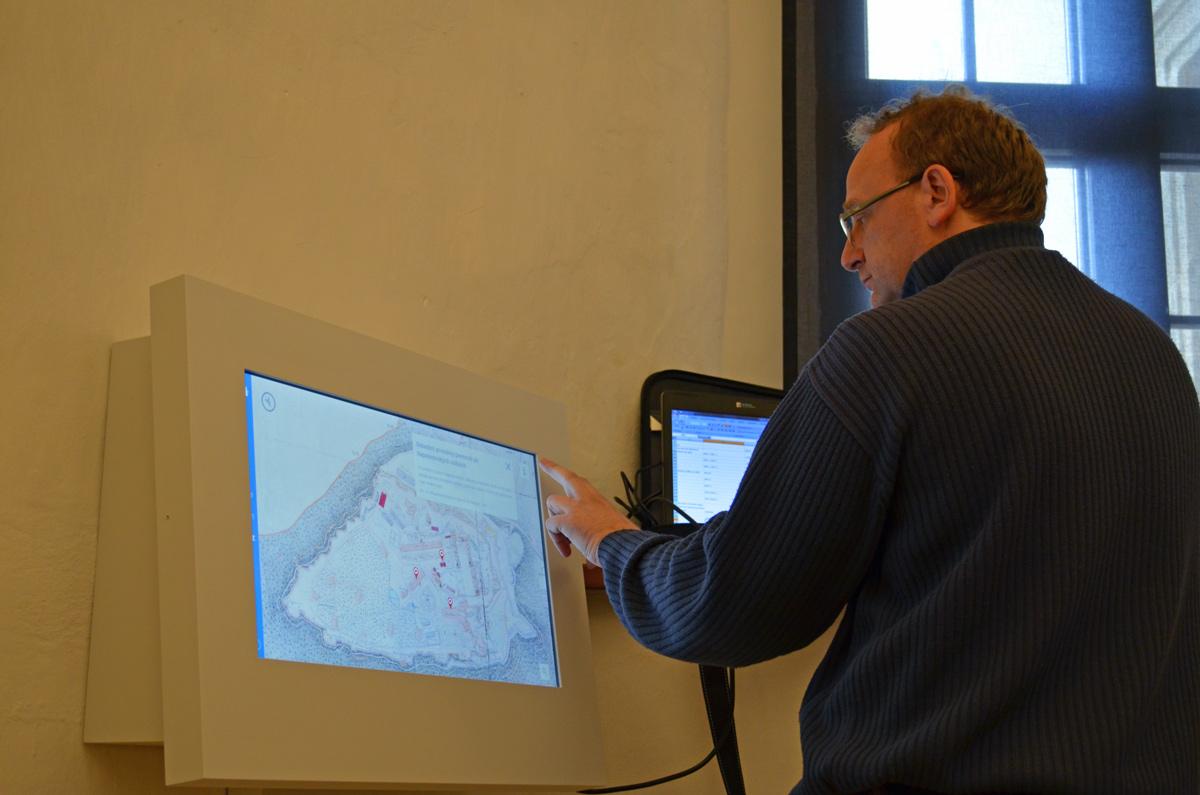 Überprüfung der Medienstation mit Festungsplan