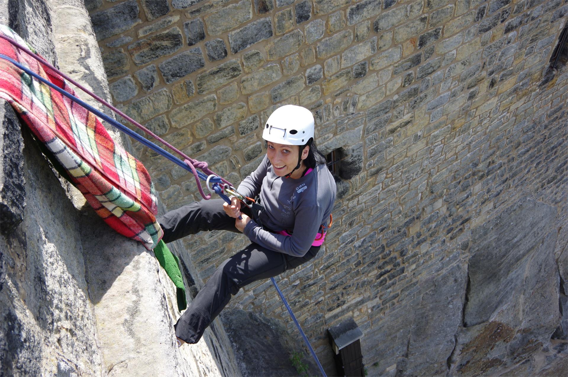 Kletterin seilt von der Festung Königstein ab