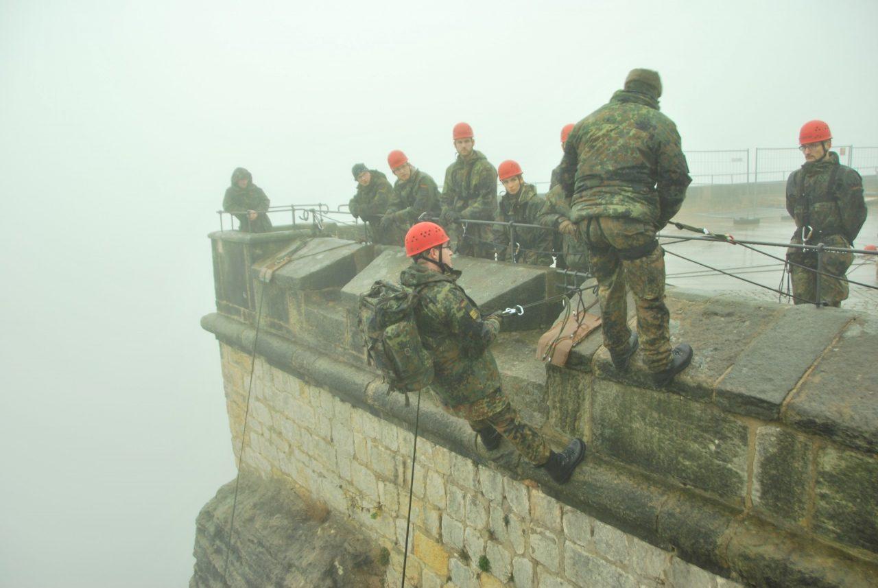 Abseilübung an der Festungsmauer