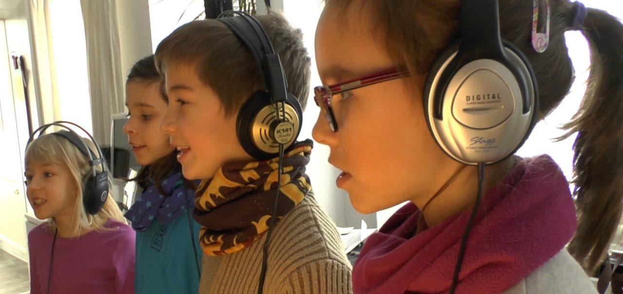 Kinder mit Kopfhörern bei der Aufnahme des Cölestinerliedes