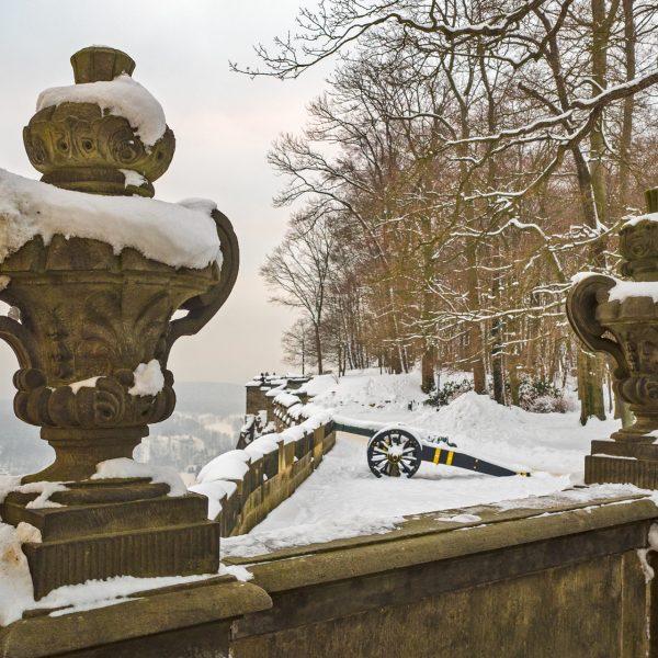 Schneebedeckte Vasen an der Friedrichsburg