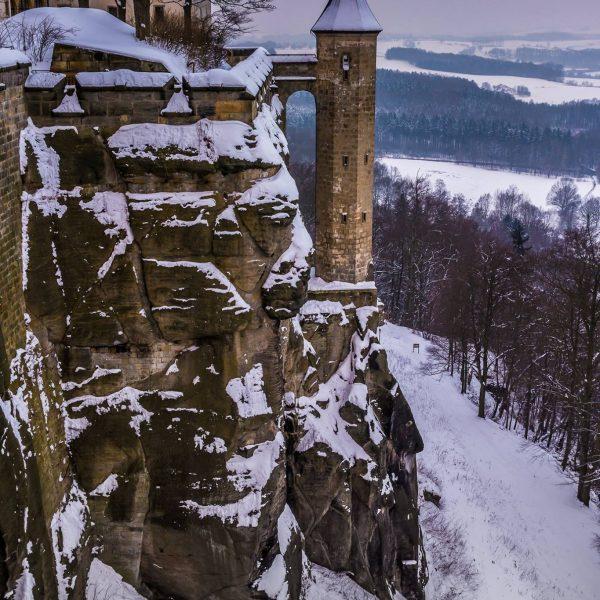 Schneebedeckter Hungerturm und Nordmauer