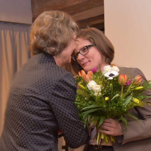Blumenübergabe von Frau Dr. Taube an Cathleen Päthe