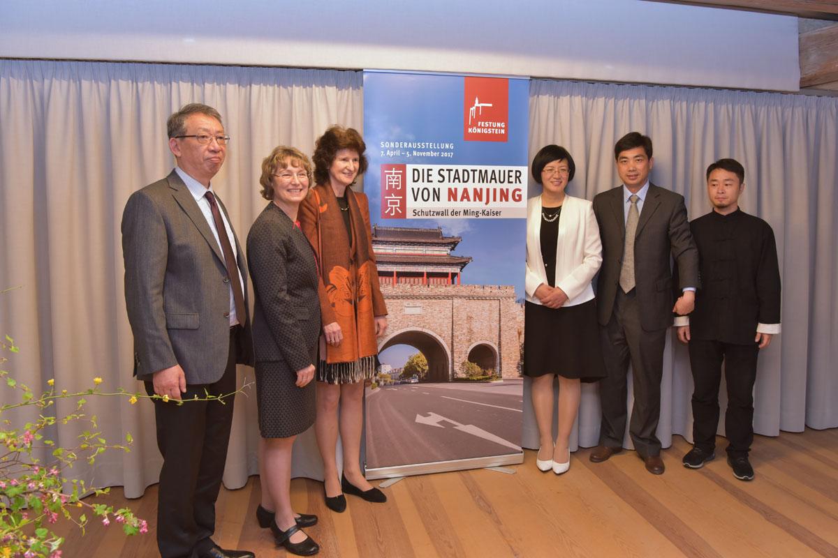 Deuscth-chinesishes Gruppenfoto bei Ausstellungseröffnung