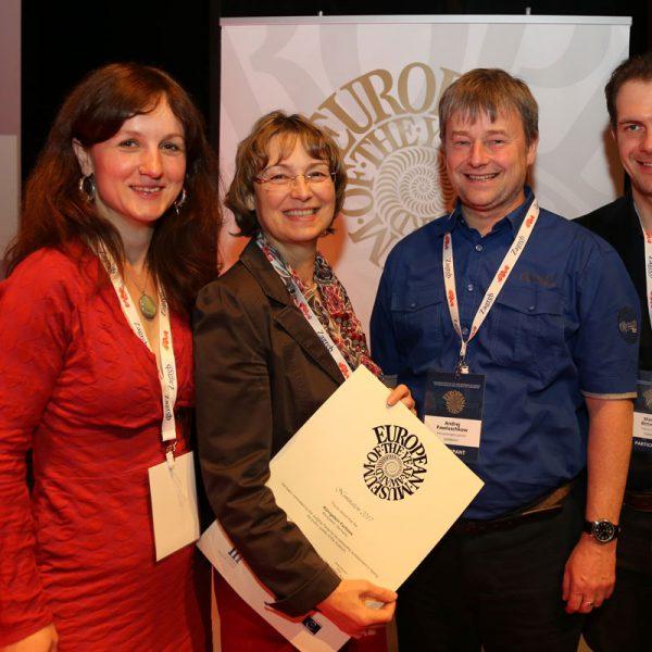 Gruppenfoto mit EMYA-Nominee-Urkunde