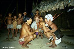 Rüdiger Nehberg - im Hintergrund - Yanomami-Begrüssung