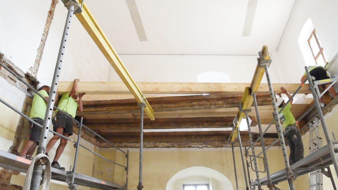 Die 6,50m langen Deckenbalken im ersten Stock der georgenburg werden eingebaut.
