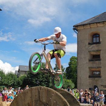 Trialer balanciert auf Hinterrad