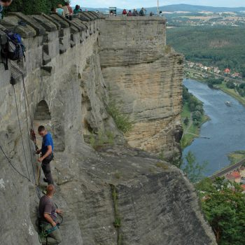 Blick auf Kletterer an der Außenmauer der Festung