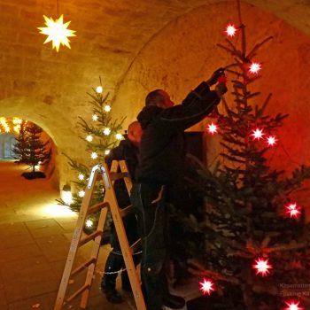 Schmücken der Weihnachtsbäume in den Kasematten