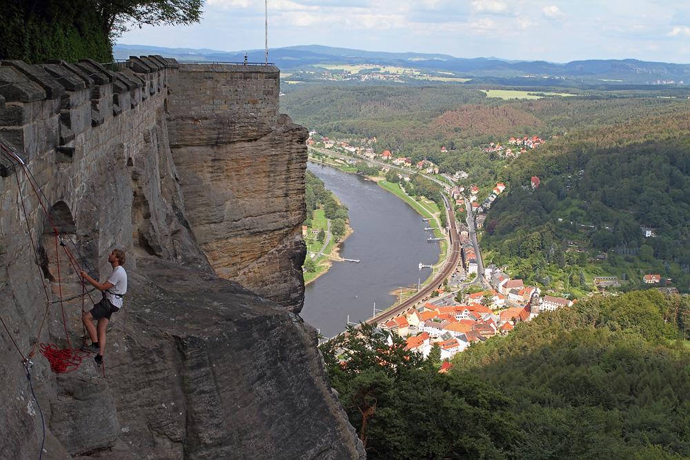 Blick auf den Abratzky-Kletterweg und die Stadt Königstein