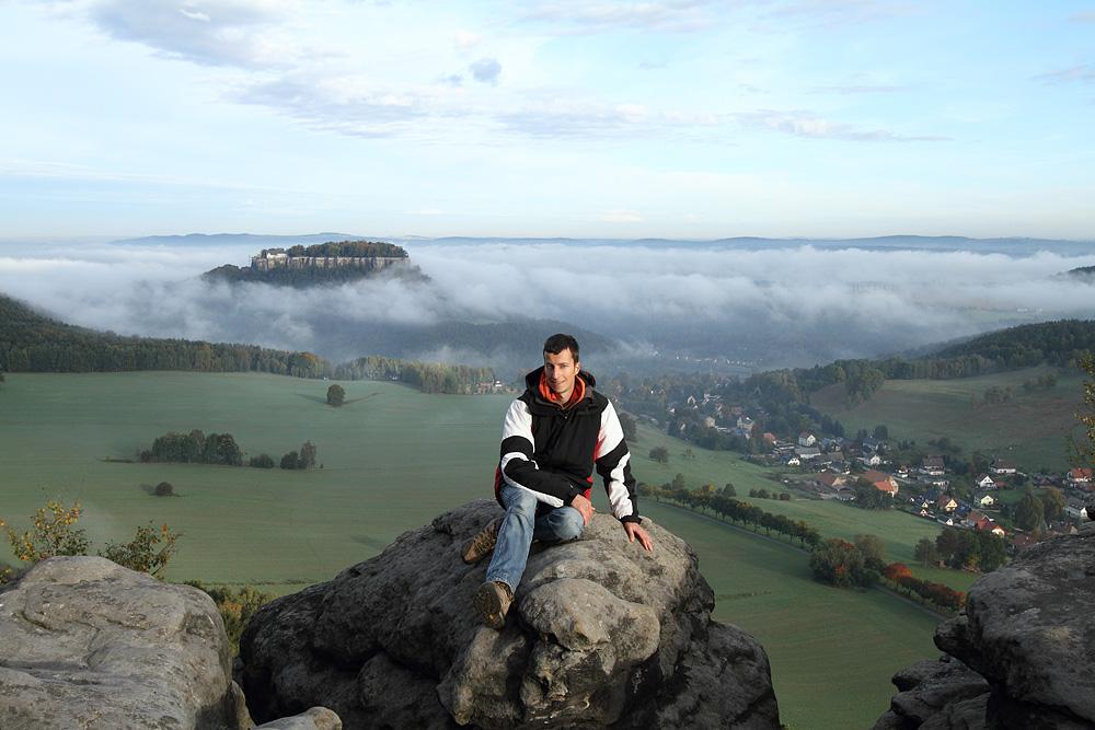 Festungstester Jörg mit Festung im Hintergrund