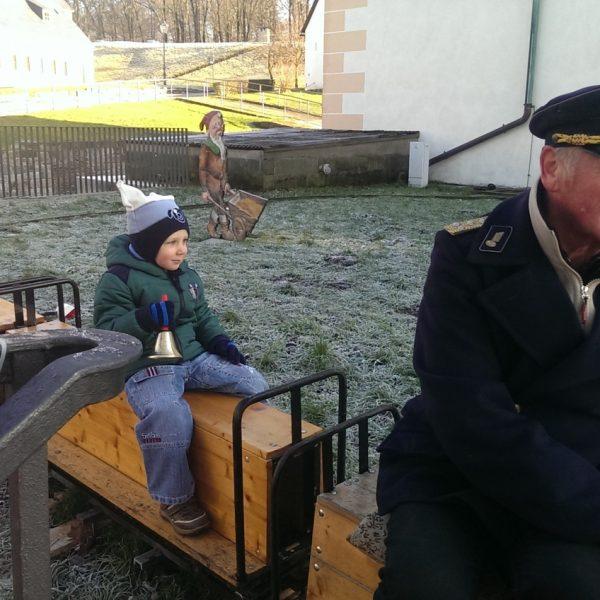 Kleinbahn zum Mitfahren für Kinder auf dem Weihnachtsmarkt der Festung Königstein