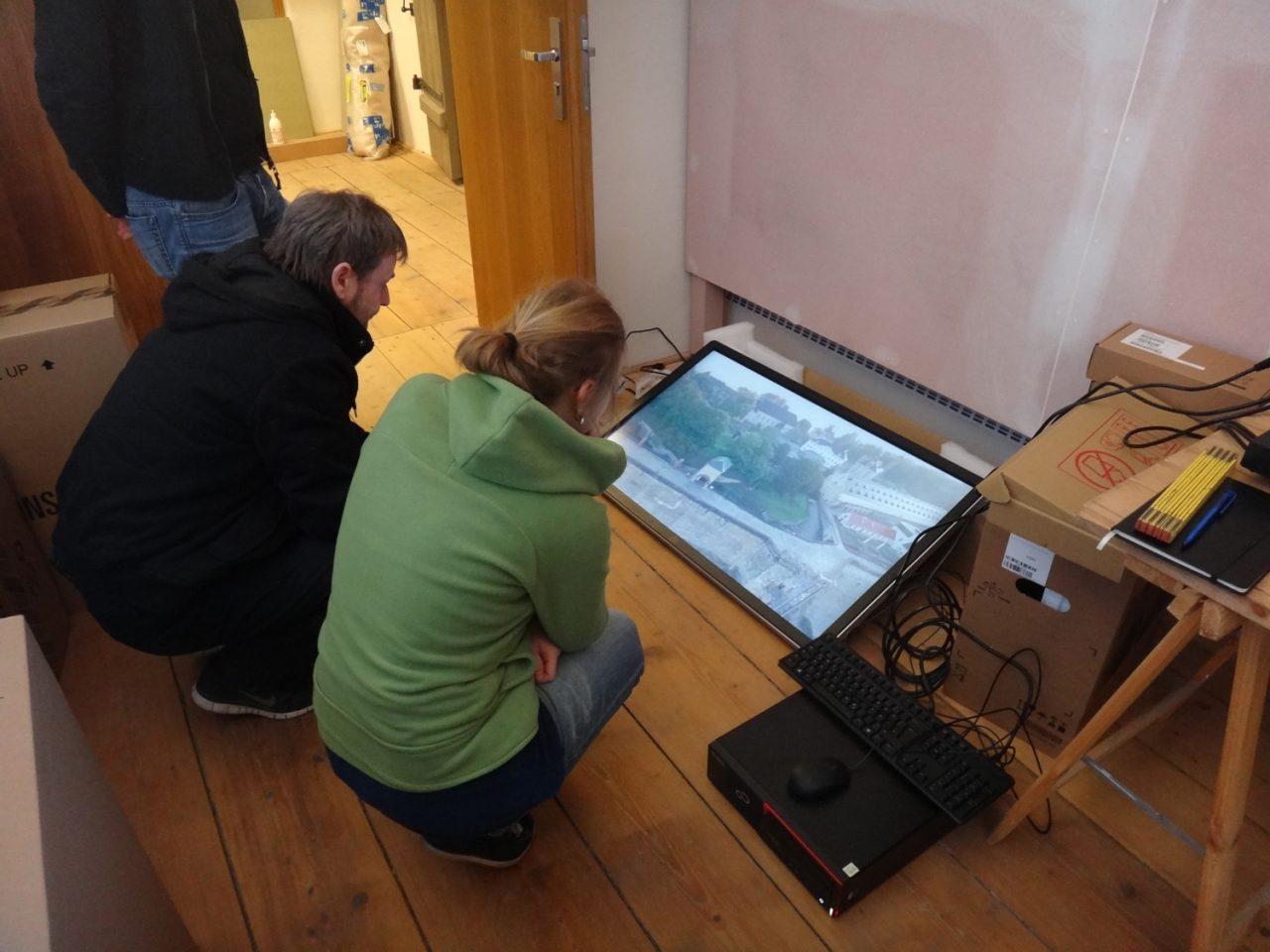 Museologen schauen das neue Video am Bildschirm an