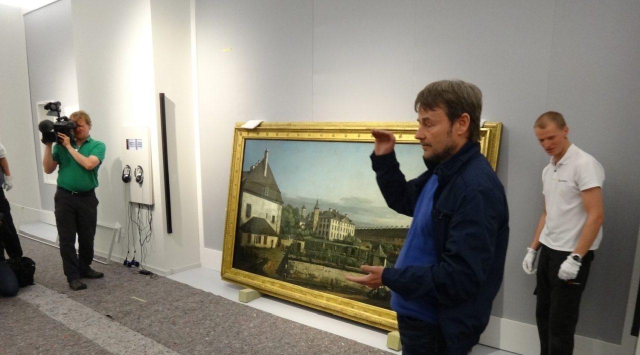 """Andrej Pawluschkow vorm Gemälde: """"Kommandantengarten und Brunnenhaus auf der Festung Königstein"""""""