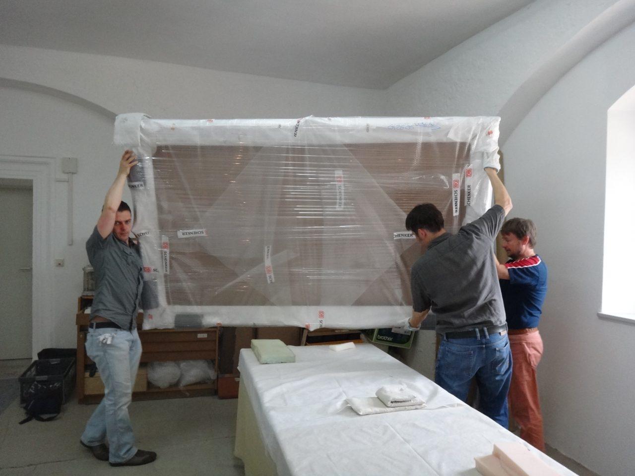 Mitarbeiter tragen verpackten Rahmen