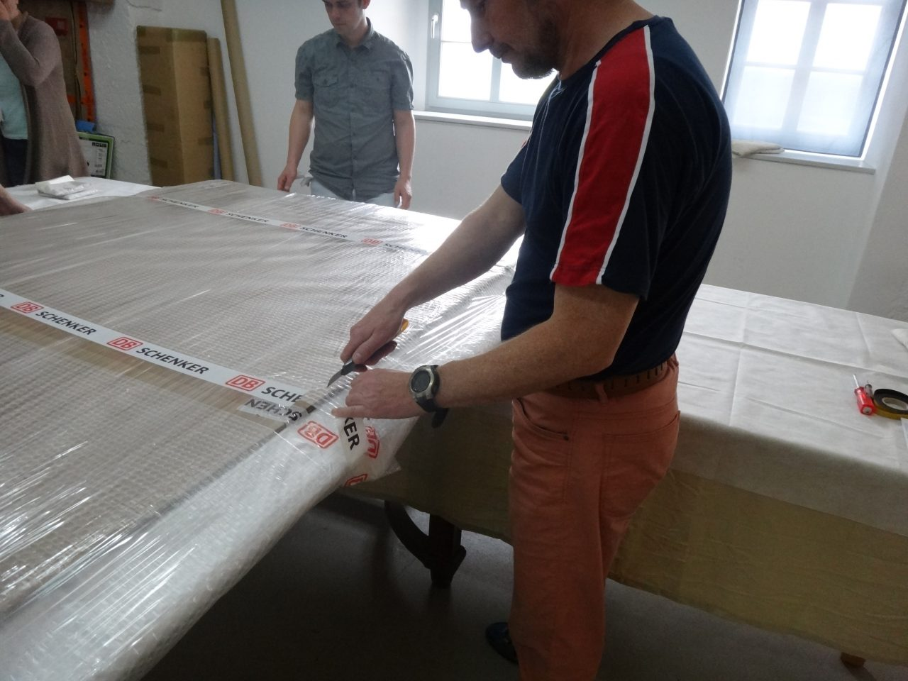 Mitarbeiter packen den Rahmen aus