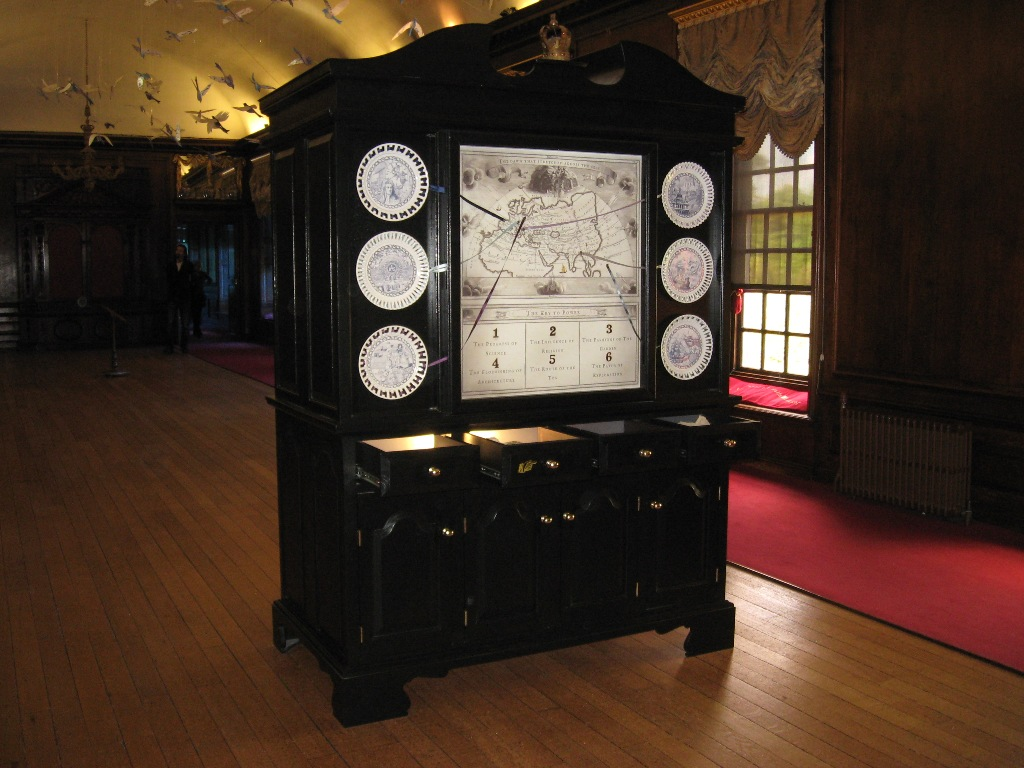 Museumsschrank im Kensington Palace.