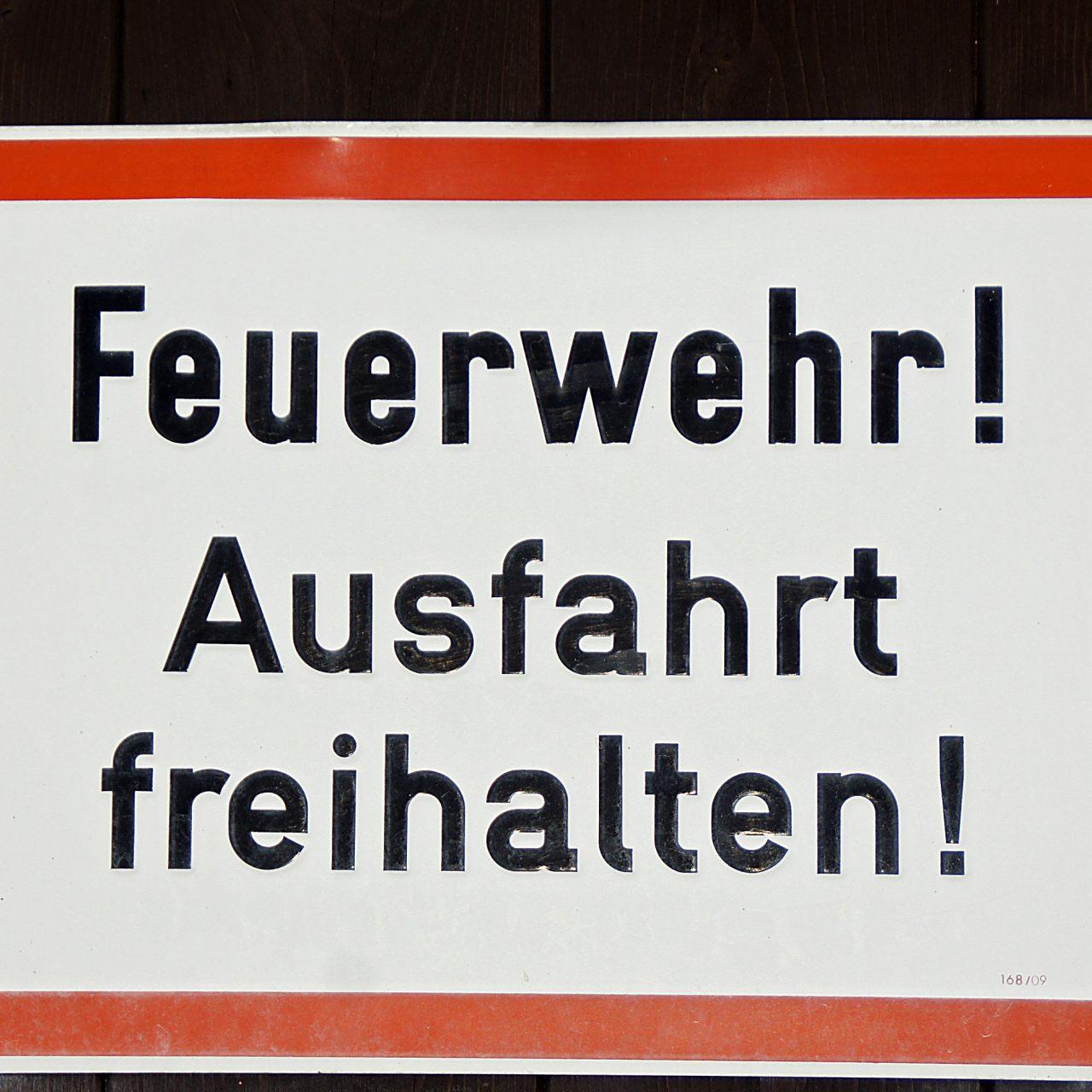Schild an der Garage der Festungsfeuerwehr