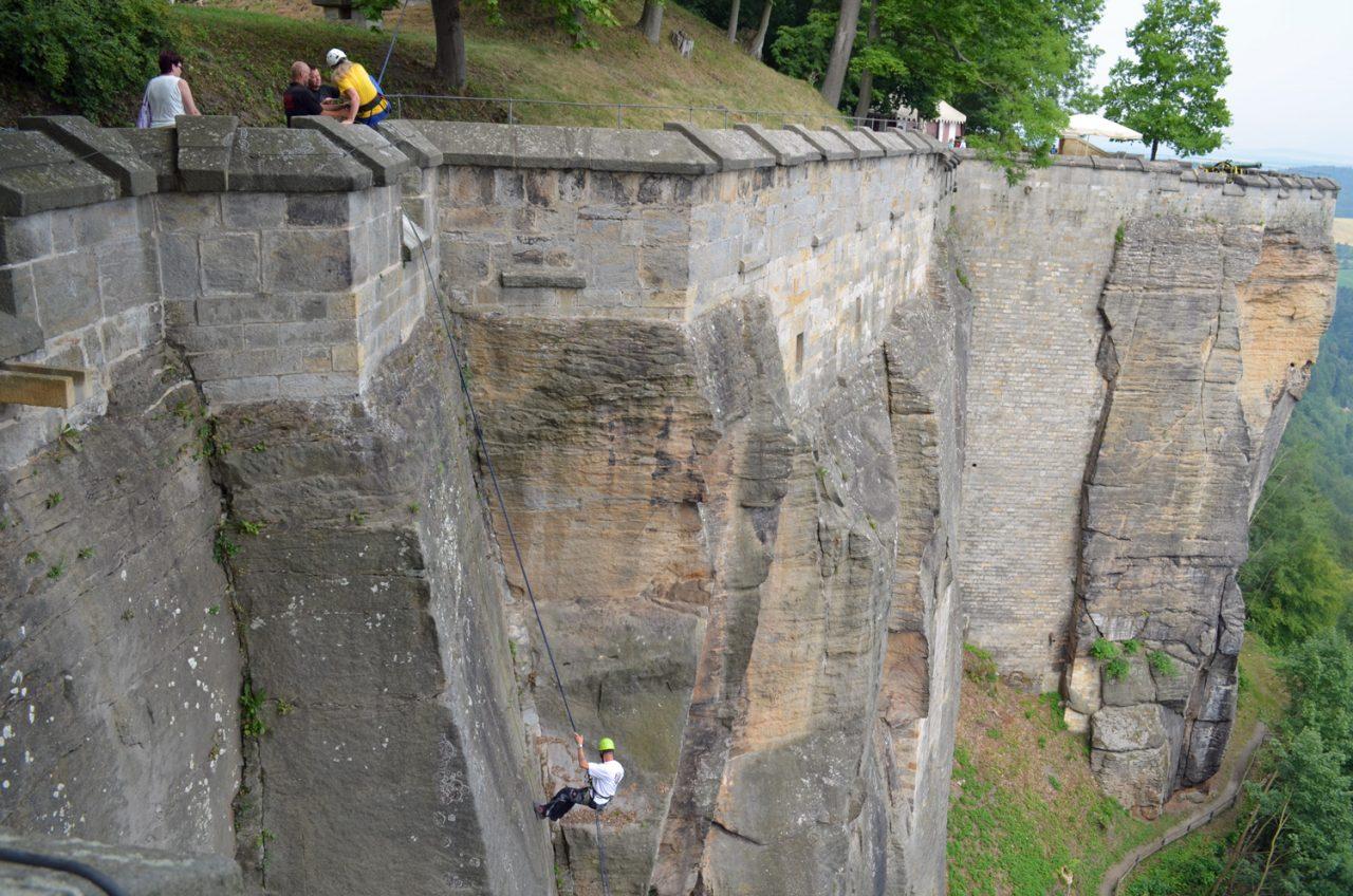 Mitarbeiter seilt sich an der Abstiegstelle ab