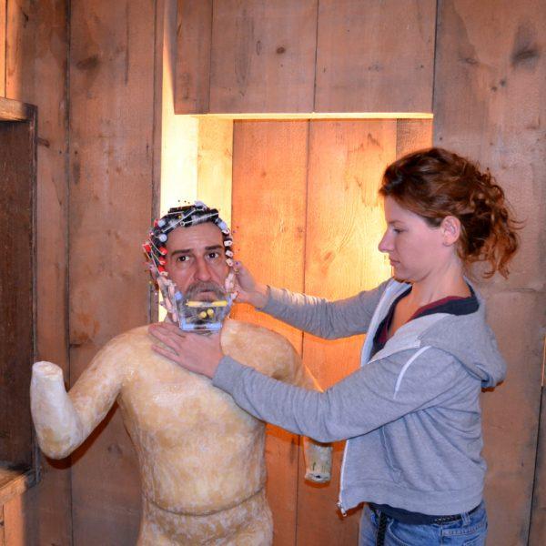 Die Figurenbauerin fügt Kopf und Körper Ferraboscos zusammen.
