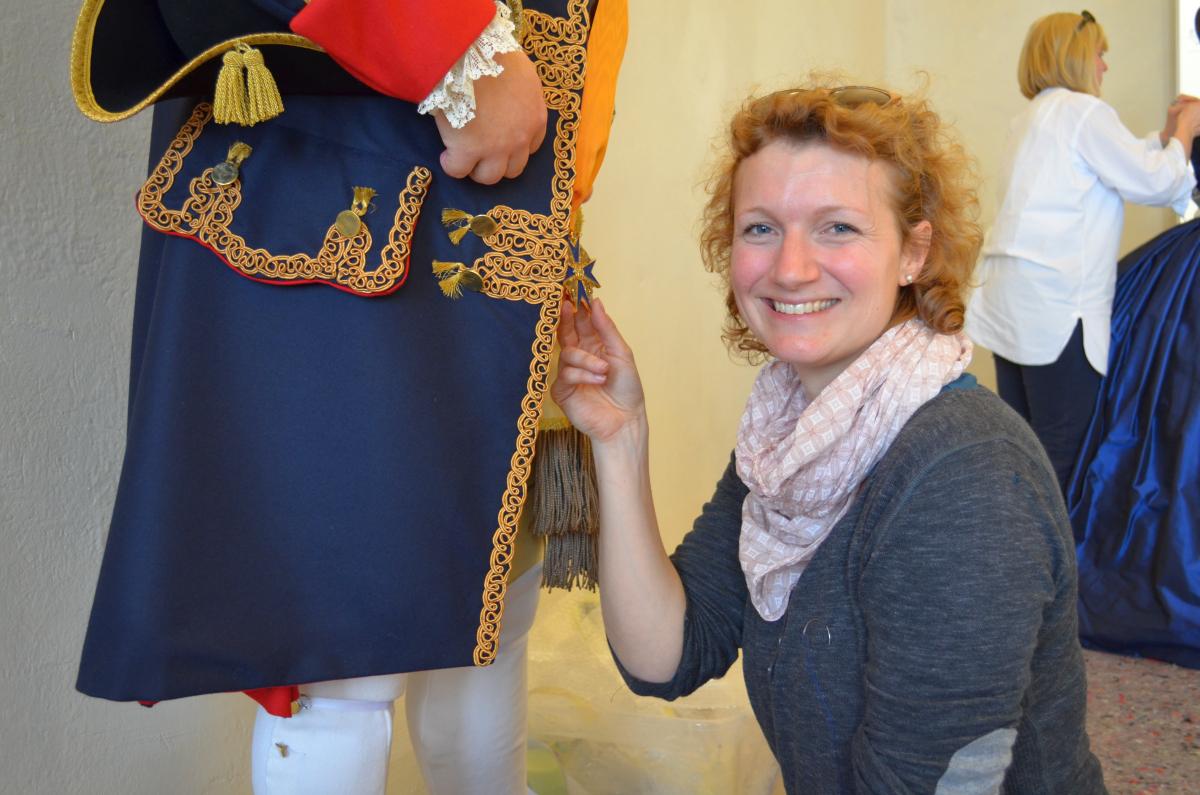 Alexandra Hahn an der Figur Friedrich Wilhelm I.
