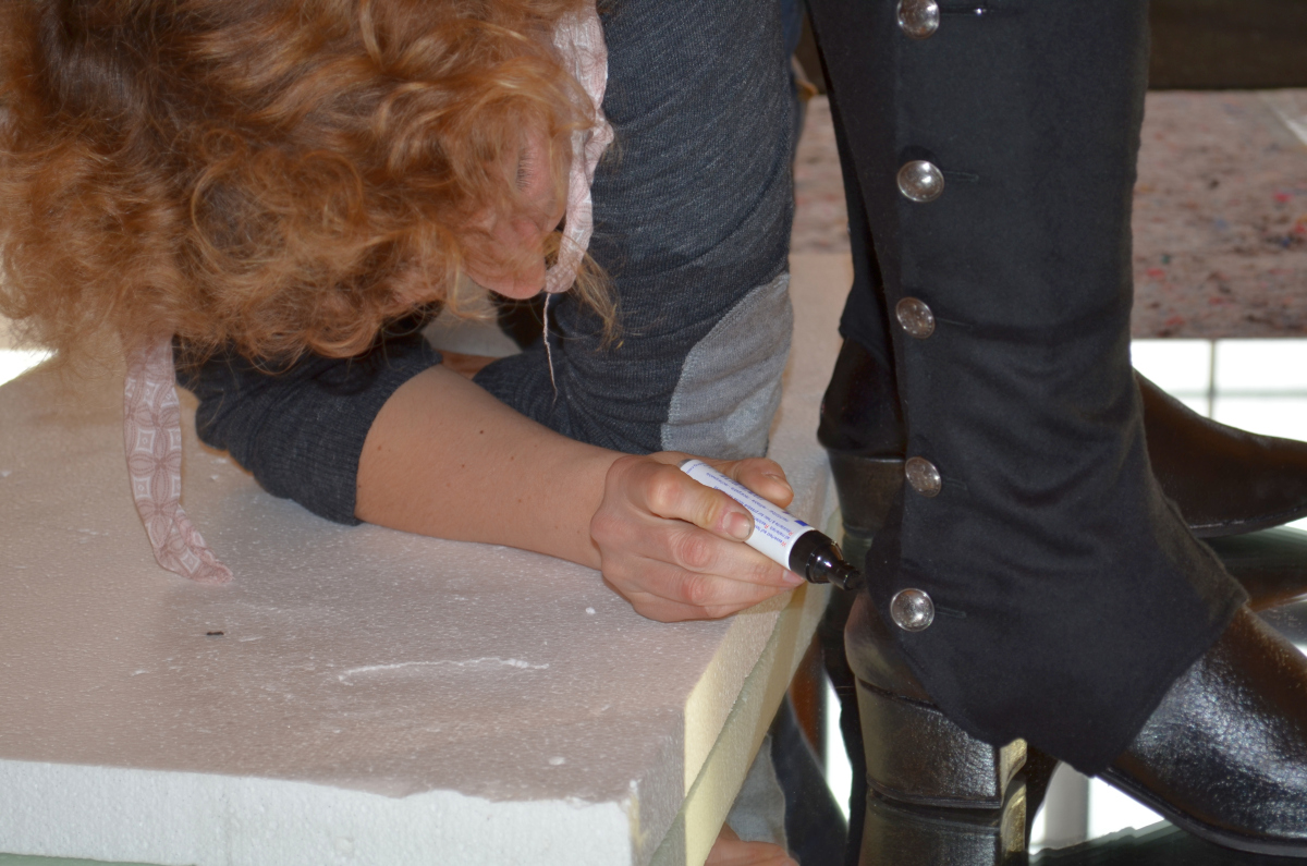 Alexandra Hahn kaschiert Kratzer am Schuh August des Starken