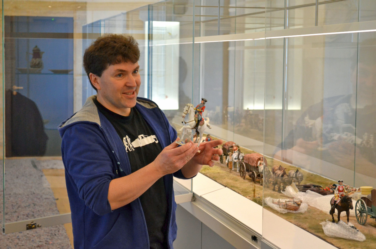 Paul Wells zeigt beim Interview die Figur August des Starken