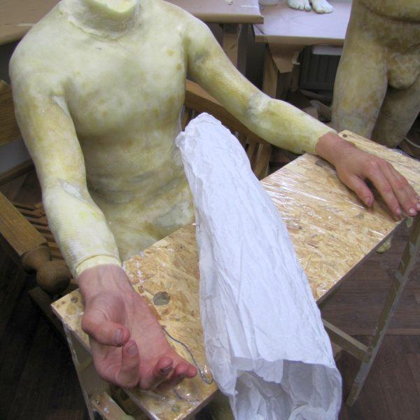 Sitzende Figur ohne Kopf