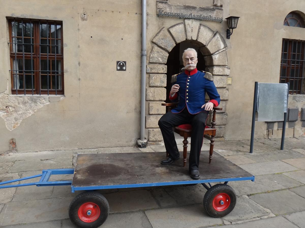 Die alte Figur des Festungskommandanten auf einem Wagen