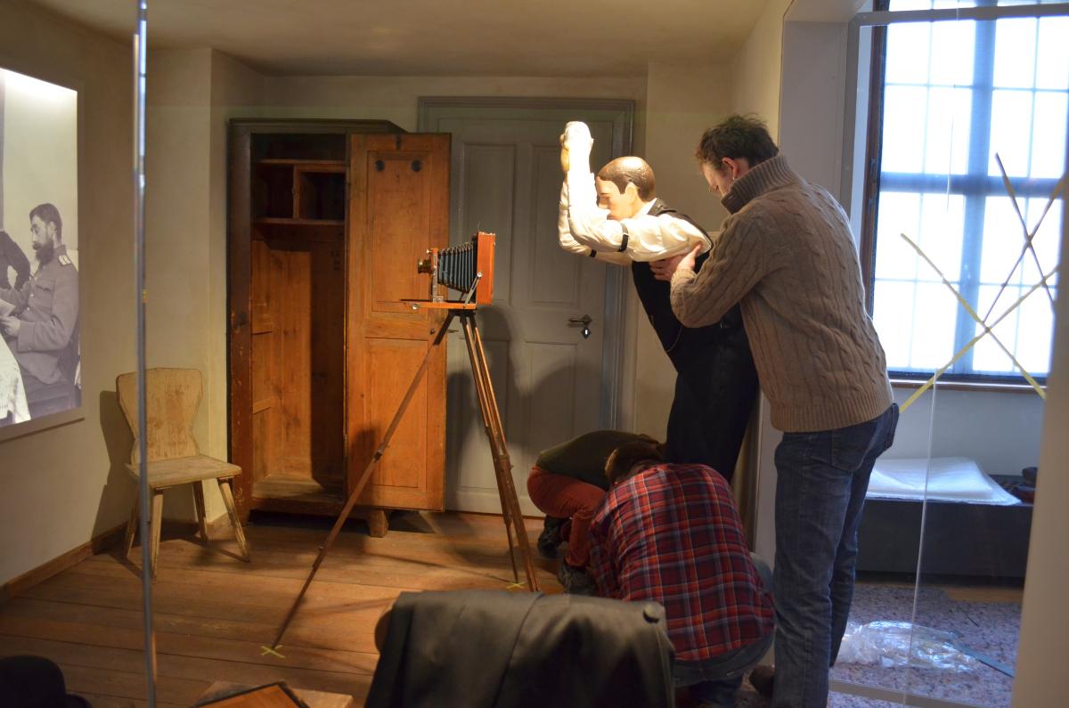 Figur des Fotografen wird montiert.