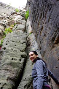 Kletterin am Einstieg des Abratzky-Kamins