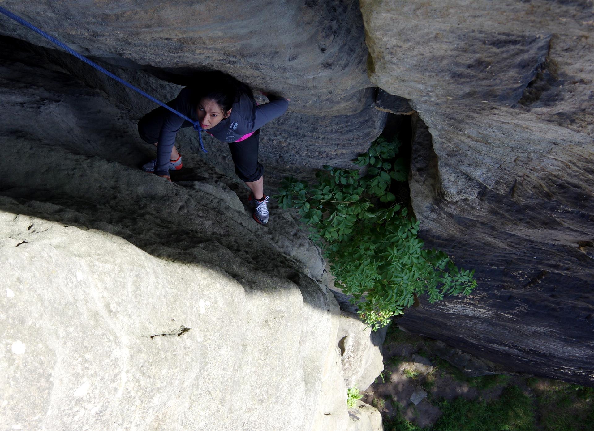 Kletterin im Kamin