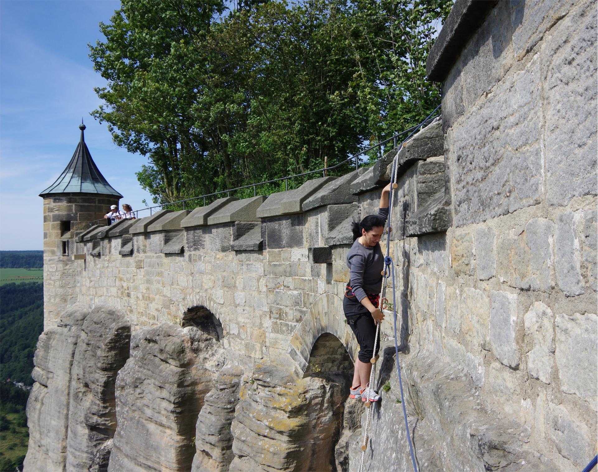 Mit einer Strickleiter über die Mauer der Festung Königstein