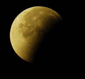 Der Mond ist nur noch halb bedeckt - die partielle Phase nähert sich dem Ende