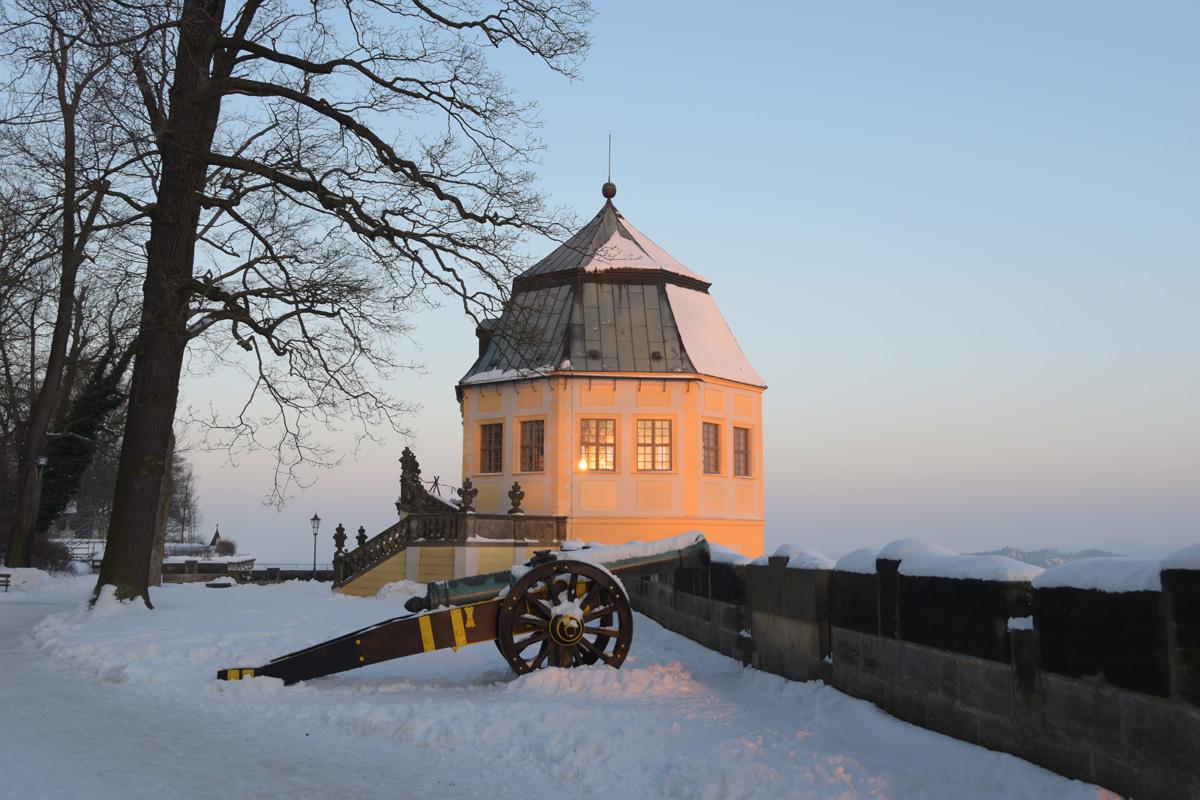 Die Morgensonne spiegelt sich in den Fenstern der Friedrichsburg