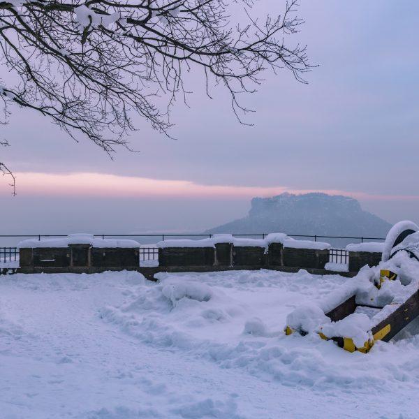 Schneebedeckte Kanone mit Blick auf den Lilienstein
