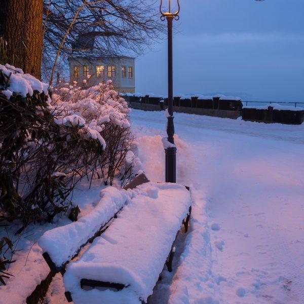 Schneebedeckte Bank vor der Friedrichsburg