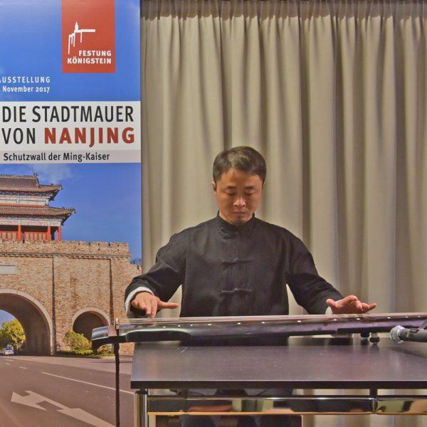 Zhen Wang spielt auf der chinesischen Zither